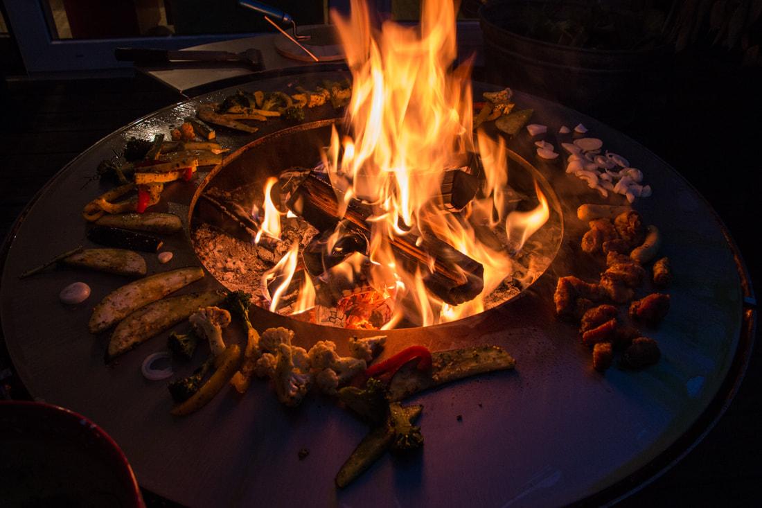 brasero-plancha-grillades-barbecue-grill-design-braseros-firepit-openfire-cheminée-acier-jardin-extérieur-grillade-outdoor-kitchen